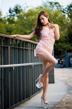 Обои Азиаты Шатенка Поза Платье Ног Туфли молодая женщина
