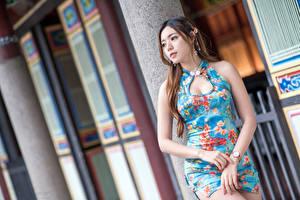 Картинка Азиаты Платье Руки Размытый фон Красивый девушка