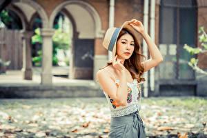 Фото Азиатка Шляпы Шатенка Руки Взгляд Размытый фон девушка