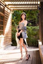 Обои Азиатка Поза Юбки Ноги Майка Берет Взгляд девушка