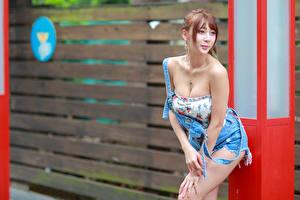 Фотография Азиаты Позирует Улыбка Декольте молодые женщины