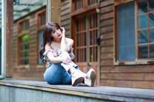 Фотография Азиатки Сидящие Джинсов Блузка девушка