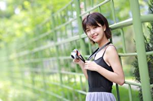 Фотография Азиаты Улыбка Фотоаппарат Смотрят Девушки