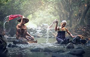 Обои Азиатка Камень Ручей Тумане Две Сидящие Старая женщина Работа Природа