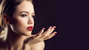 Фотографии Красивая Фотомодель Лица Мейкап Рука Маникюра На черном фоне девушка