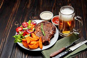 Фото Пиво Мясные продукты Картофель фри Овощи Нож Доски Кружка Пена Тарелке Вилки
