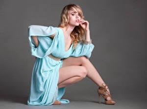 Фотография Блондинки Платья Ног Туфель Смотрит Позирует девушка