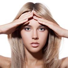 Фотография Блондинка Фотомодель Лица Рука Смотрит Русая Волос Красивая молодые женщины