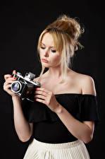 Фотографии Carla Monaco Блондинка Блузка Рука Фотокамера На черном фоне Девушки