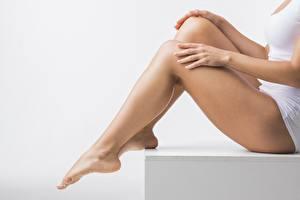 Картинка Крупным планом Сидящие Ноги Руки девушка