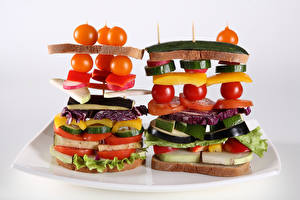Картинки Оригинальные Бутерброд Хлеб Помидоры Овощи Серый фон Еда