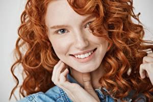 Фотография Кудри Рыжих Улыбается Смотрит Лица Волосы Девушки