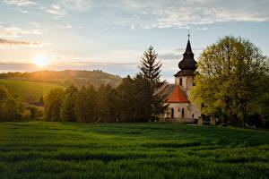 Обои Чехия Рассвет и закат Храм Церковь Дерево Траве Bělice Central Bohemia Природа