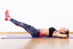Фотография Фитнес Тренируется Ног Лежа ABS спортивные Девушки