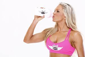 Обои Фитнес Блондинка Бутылки Пьет воду Белый фон спортивный Девушки