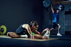 Фотография Фитнес Мужчины Спортивный зал Растягивается Физическое упражнение Подошва обуви Штанга Девушки