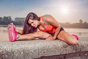 Фотография Фитнес Растяжка упражнение Ног Подошва обуви Шатенка Спорт Девушки
