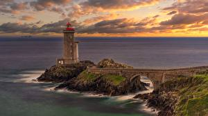 Фото Франция Берег Маяк Мост Скалы Brittany, Petit Minou Lighthouse Природа