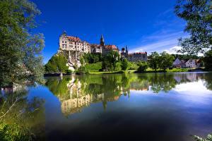 Обои для рабочего стола Германия Замок Речка Отражении Дерево Утес Baden-Württemberg, Sigmaringen Castle, Danube River Природа