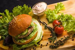 Фото Гамбургер Томаты Овощи Сметана Разделочной доске Еда