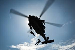 Фото Вертолеты Десантники Силуэт Вид снизу Авиация Армия