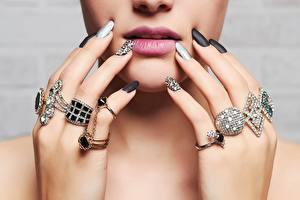 Картинки Губы Пальцы Украшения Алмаз обработанный Лица Маникюра Кольца девушка