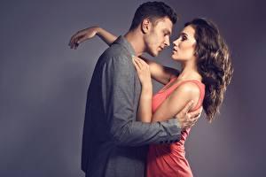 Фото Любовь Мужчина Шатенки Платья Обнимает девушка
