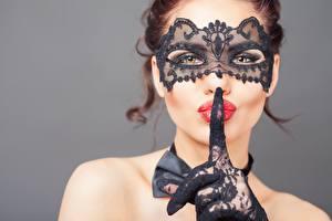 Фотографии Маски Жесты Пальцы Фотомодель Смотрит Красными губами Перчатках Рука Сером фоне Лица девушка