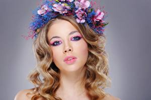 Фотография Модель Красивая Мейкап Волос Венок Смотрят Прически молодые женщины