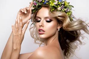Фото Модель Блондинка Рука Лицо Макияж Волос Венком Красивые девушка