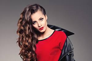 Фото Фотомодель Шатенка Волосы Макияж Красные губы Взгляд Причёска Сером фоне Девушки
