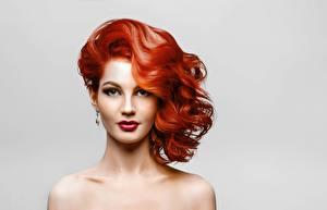 Обои Фотомодель Рыжие Красивая Мейкап Смотрит Прически Сером фоне девушка