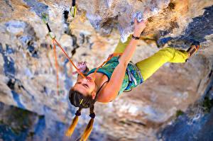Обои для рабочего стола Альпинизм Скалы Тренируется Руки Альпинист девушка Спорт