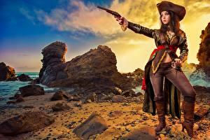 Картинка Пираты Пистолеты Камень Шляпа Униформе Красивые молодая женщина