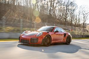 Фотография Porsche Красная Едущая GT2 RS 991 type II Автомобили