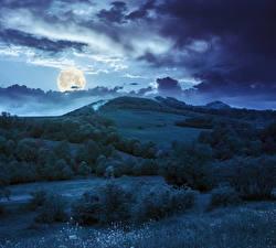Картинки Небо В ночи Облачно Луной Холмы Кусты Траве Природа