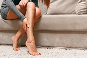 Обои Диван Сидящие Красивая Ноги Педикюр молодые женщины