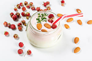 Картинки Клубника Орехи Йогурт Белом фоне Банке Пища