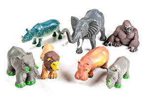 Фотографии Игрушка Слоны Бегемоты Обезьяна Львы Белый фон животное