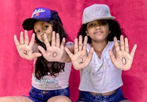 Картинка Двое Брюнеток Бейсболка Рука Размытый фон 2020 Девочки Смотрит ребёнок