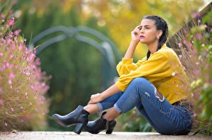 Фото Сидит Джинсы Свитер Косы Ног Размытый фон Alison молодые женщины