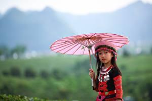 Картинки Азиаты Боке Взгляд Зонтик Девочки ребёнок