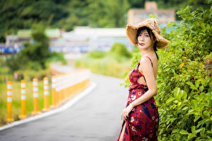 Обои Азиаты Платья Шляпа Взгляд Боке молодая женщина