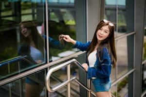 Обои Азиаты Очки Шорт Куртка Улыбается Стекло Отражении Взгляд девушка