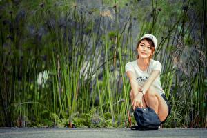 Фотография Азиатка Сумка Сидя Футболка Кепкой Улыбка Смотрит Девушки