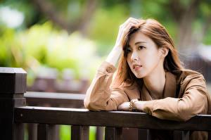 Картинка Азиаты Руки Волосы Взгляд Размытый фон