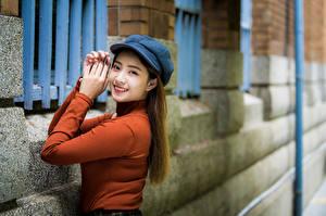 Фотографии Азиатки Руки Улыбается Кепка Взгляд Девушки