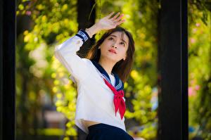 Обои Азиатка Позирует Рука Блузка Галстуком Школьница Боке молодые женщины