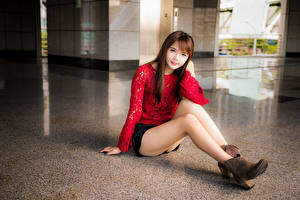 Картинка Азиатки Сидя Шатенки Ног Юбка Блузка Смотрят Милый молодая женщина