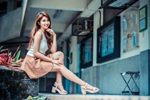 Фото Азиаты Сидит Ног Улыбка Взгляд молодые женщины